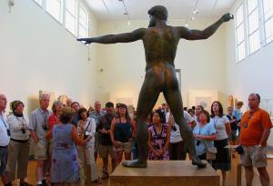 Zeus-Statur im Museum mit Puplikum